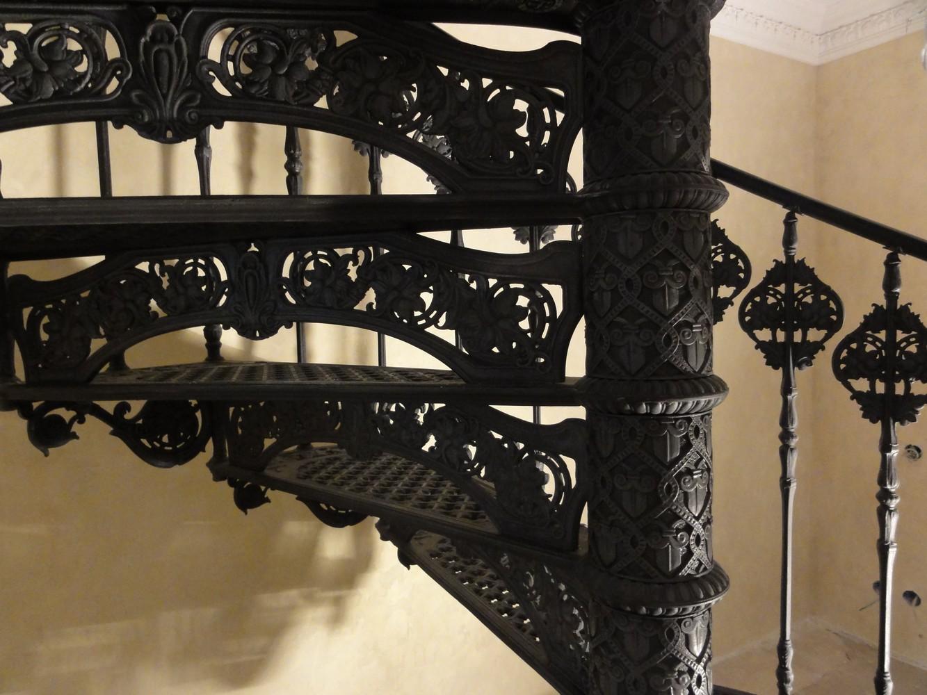 Чугунная винтовая лестница. Фрагмент