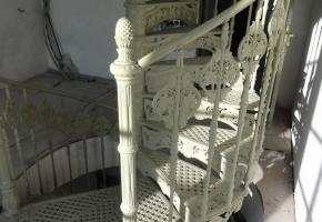 Винтовая чугунная лестница