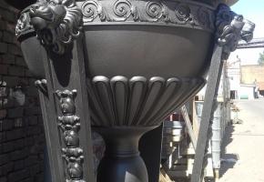 Чугунный уличный вазон